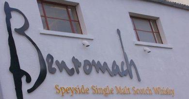 Benromach Logo an der Destilleriewand