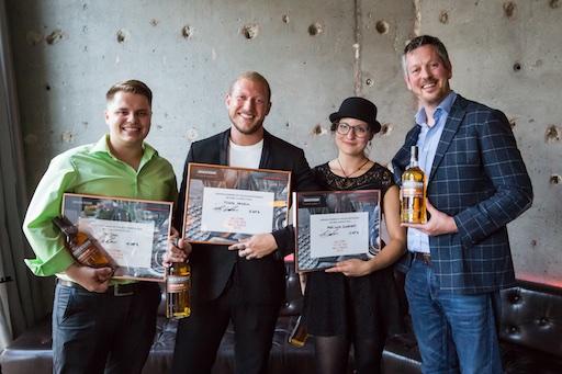Die drei Gewinner der Bitters Competition von Auchentoshan Jan Jehli, Michele Hein- rich und Lucia Schürmann mit Global Brand Ambassador John Cashman (von links).