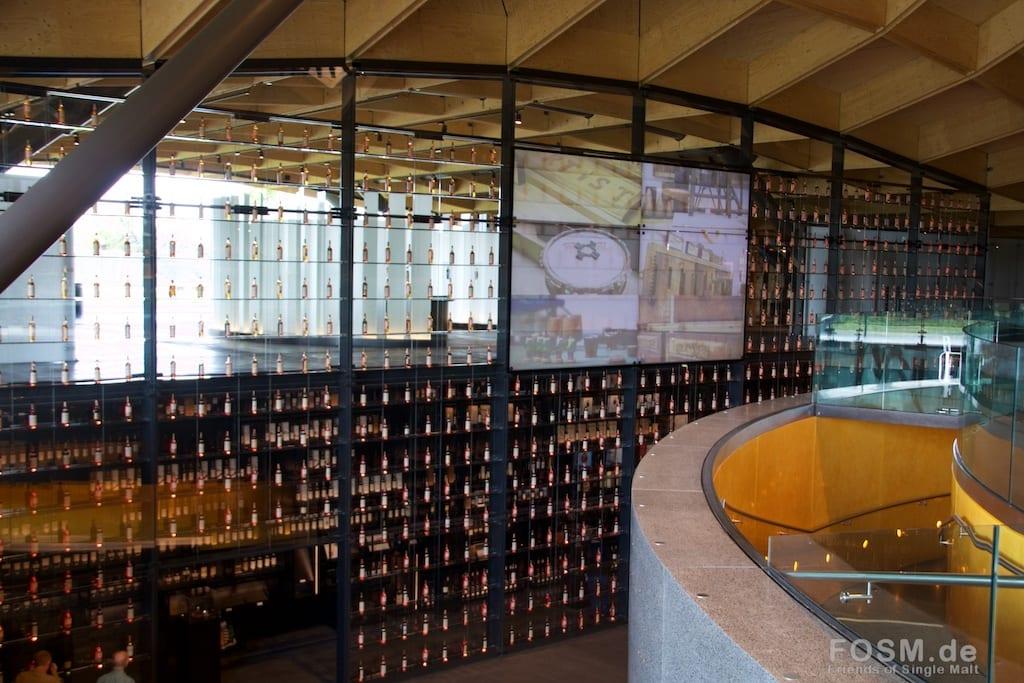 Macallan - Eingangshalle über mehrere Etagen mit der Whiskyflaschenwand. Über die Treppe rechts kommt man zur ersten Station der Tour.