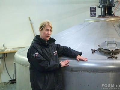 Hedy führt uns durch die Destillerie