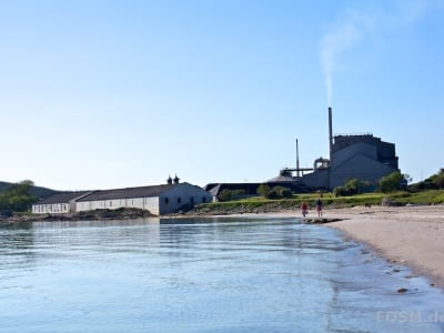Port Ellen Beach mit Resten der Port Ellen Distillery und den Maltings