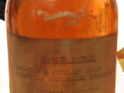 Flasche von 1920 mit 40 jährigem Ardmore (d.h. der Whisky ist von 1880)