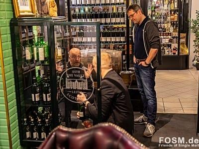 Terje zeigt Heiko und Peter einige seiner offenen Raritäten